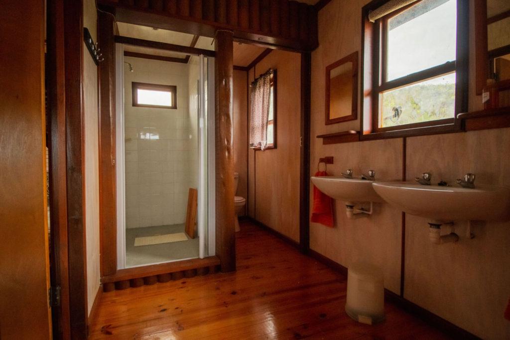 Mpunzi Log Cabin shower